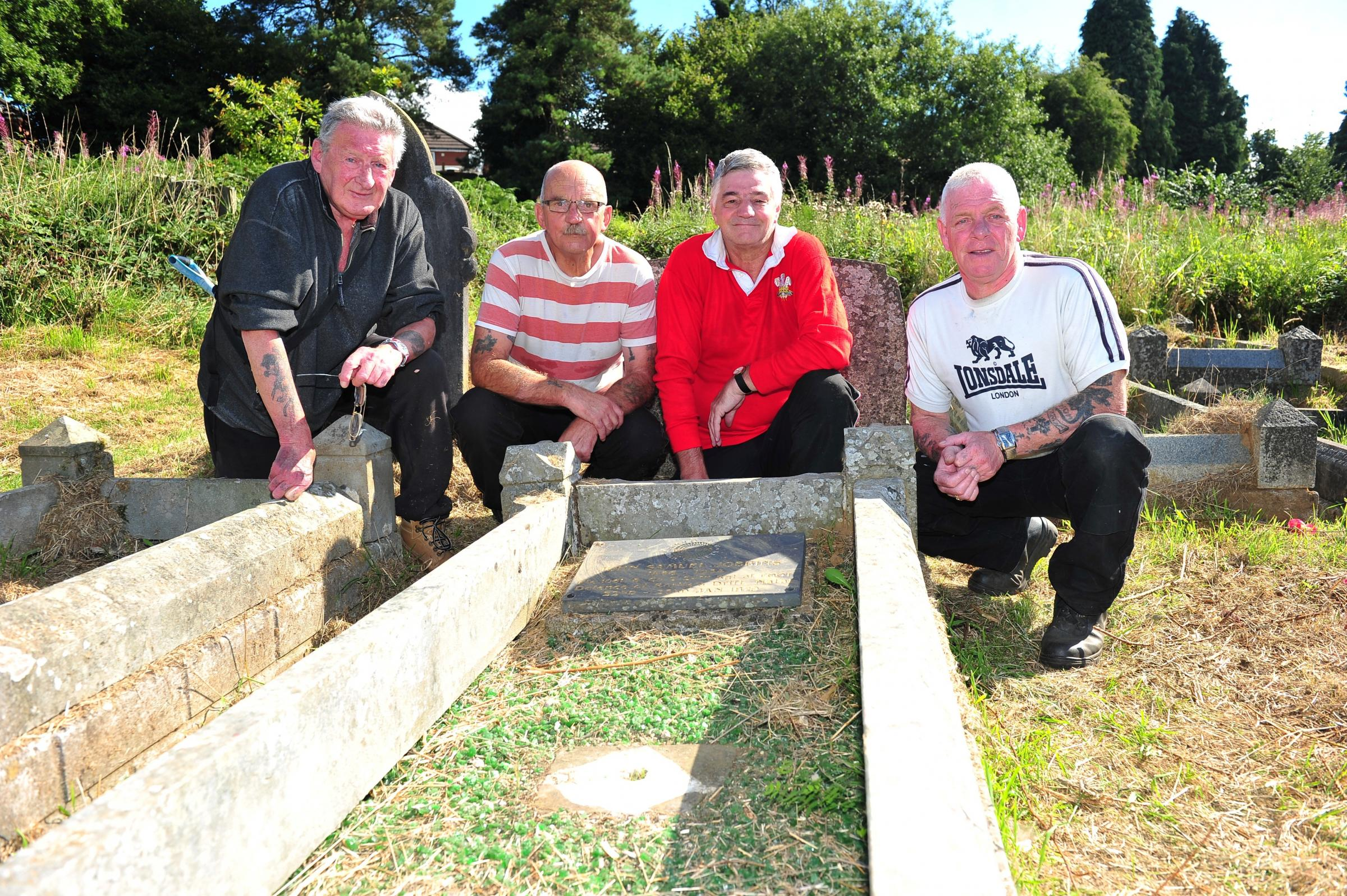 L-R Mike Black, Steve Joy, Nigel Rees and Steve Vaughan at the grave of John Samuel Jobbins (1015200)