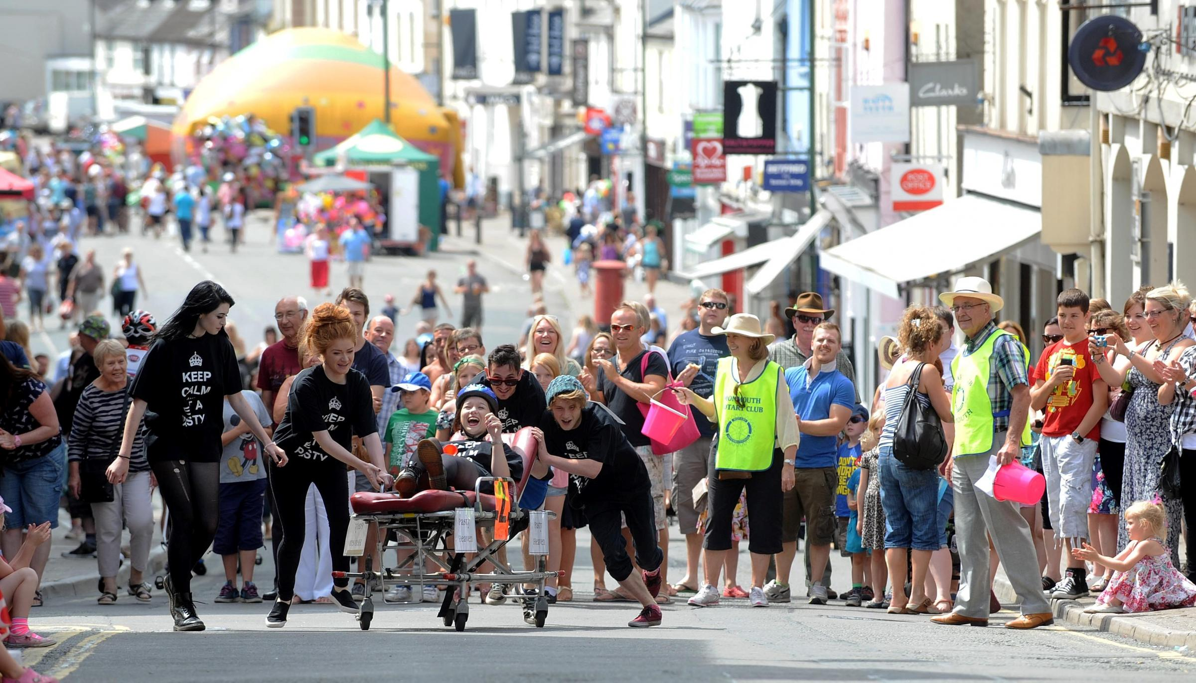 Thousands line Monmouth streets for carnival