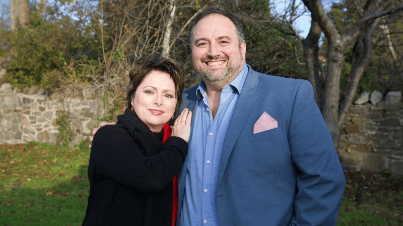 Opera stars Rebecca Evans and Wynne Evans will sing the national anthem on Welsh Grand National day